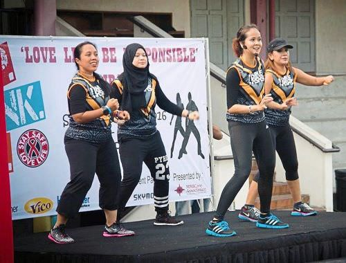 Puteri Aizza (second from right) leading the zumbathon.